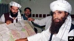 Foto dokumentasi tahun 2001 menunjukkan Jalaluddin Haqqani (kanan) pemimpin jaringan Haqqani, yang terkait al-Qaida, yang dituduh melakukan sejumlah serangan terhadap pasukan internasional di Afghanistan.