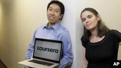 Andrew Ng dan Daphne Koller, para profesor ilmu komputer dari Stanford University yang menggagas Coursera. (AP/Jeff Chiu)