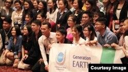 អ្នកចូលរួម អាយុពី ១៨ ទៅ ២៥ ឆ្នាំ មកពីប្រទេសប្រុយណេ កម្ពុជា ឥណ្ឌូនេស៊ី ឡាវ ម៉ាឡេស៊ី មីយ៉ាន់ម៉ា ហ្វីលីពីន សិង្ហបុរី ថៃ និង វៀតណាម ថតរូបថតជាក្រុមមួយក្នុងពិធីបើកសិក្ខាសាលាបរិស្ថាន «YSEALI Generation: EARTH» ដែលរៀបចំឡើងដោយស្ថានទូតសហរដ្ឋអាមេរិក នៅខេត្តសៀមរាប កាលពីថ្ងៃព្រហស្បតិ៍ទី២២ ខែមេសា ឆ្នាំ២០១៥។ (ផ្តល់ឲ្យដោយស្ថានទូតអាមេរិកភ្នំពេញ)
