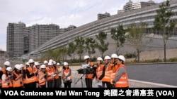 香港民主派議員參觀興建中的西九龍高鐵總站後會見傳媒 (攝影:美國之音湯惠芸)