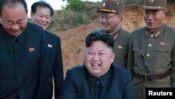 Kim Jong Un, leader de la Corée du Nord, sourit durant le lancement d'un missile à longue portée sur une photo publiée par Korean Central News Agency (KCNA), 15 mai 2017.