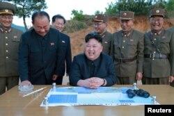 Şimali Koreya lideri Kim Conq Un Huasonq-12 ballsitik raket sınağına reaksiya verir.