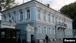 6月23日俄罗斯警察在厄瓜多尔驻莫斯科大使馆外巡逻。