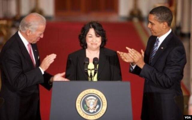 Tổng thống Obama và Phó Tổng thống Biden vỗ tay khi bà Sotomayor phát biểu tại Tòa Bạch Ốc, Washington, 26/5/2009