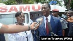 Le président ivoirien Alassane Ouattara lors d'une visite à un hôpital à Abidjan, Côte d'Ivoire, 29 mai 2017. (VOA/Ibrahim Tounkara).