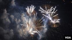 July 4 fireworks in Washington DC, 2009. (VOA Photo)