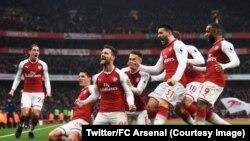 """Les """"Gunners"""" d'Arsenal célèbrant leur victoire contre Tottenhamen en ouverture de la 12e journée de Premier League, Londres, 18 novembre 2017."""