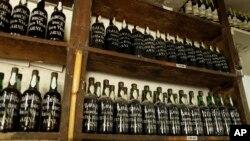 عکس تزئینی - قفسه ای از شراب «مدیرا»، یکی از محصولات جزایر «مدیرا» پرتغال