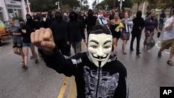 Demonstran turun ke jalan di St. Petersburg, Florida, dekat tempat Konvensi Nasional Partai Republik berlangsung. (Foto: AP)