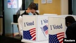 一位选民在维吉尼亚州的一个提前投票站点投票(2020年9月18日资料图)