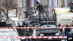 Полицейский спецназ разгружает техсредства. Гент, Бельгия. 15 декабря 2014 г.