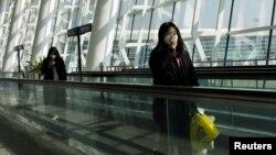 2021 年1 月2 日中國湖北省武漢市爆發冠狀病毒病(COVID-19) 後,旅客在武漢天河國際機場使用手機。