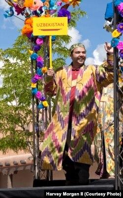 O'zbekistonlik gilamdo'z Ihtiyor Kendjayev Santa-Fe xalqaro hunarmandlar festivalida.