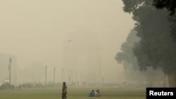 حکام کسانوں کی طرف سے زرعی فضلہ جلائے جانے کو آلودگی میں اضافے کی وجہ قرار دے رہے ہیں۔