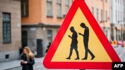 Un panneau interdisant aux piétons de se focaliser à leur téléphone portable quand ils traversent la voie publique, à Stockholm.