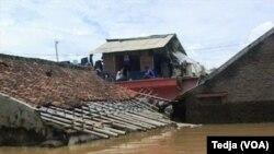 Banjir di Kecamatan Dayeuh Kolot, Kabupaten Bandung, mencapai ketinggian tiga meter dan merendam rumah warga (Foto: VOA/Tedja).