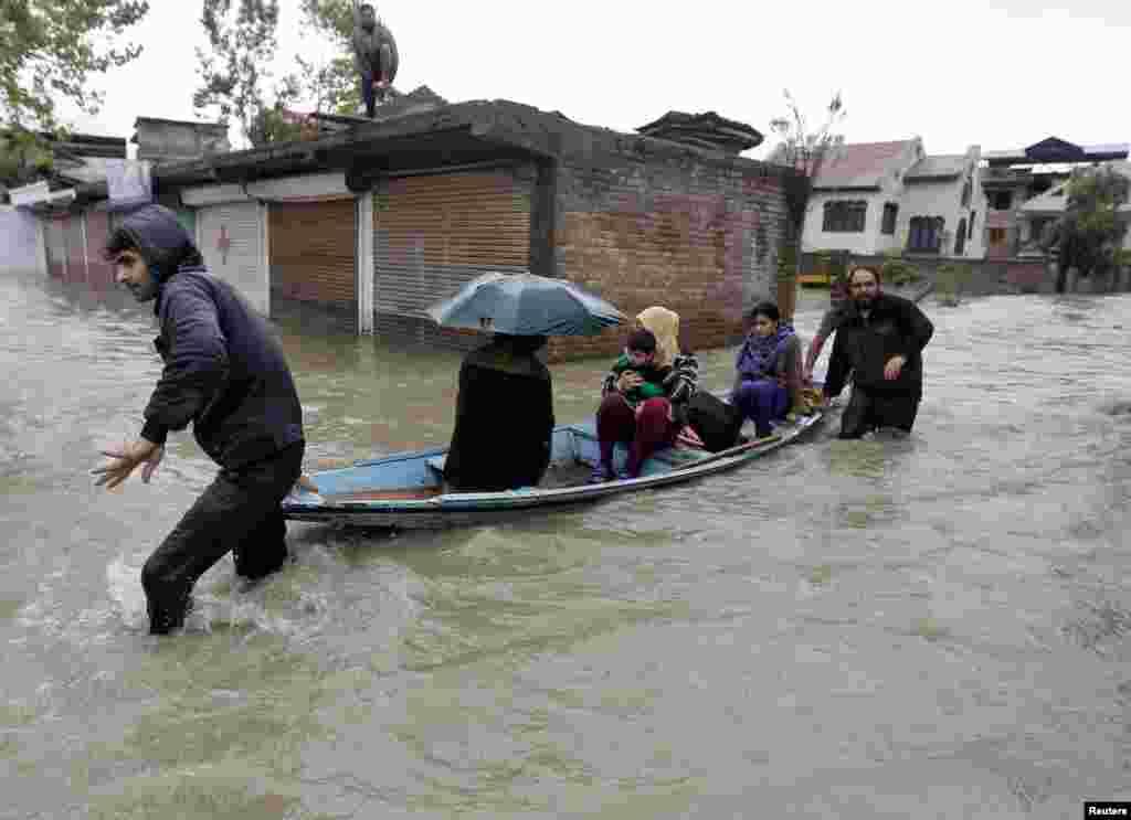 بھارت کے زیرانتظام کشمیر میں مسلسل بارشوں کی وجہ سے مختلف واقعات میں کم از کم 65 افراد ہلاک اور متعدد زخمی ہوئے ہیں۔