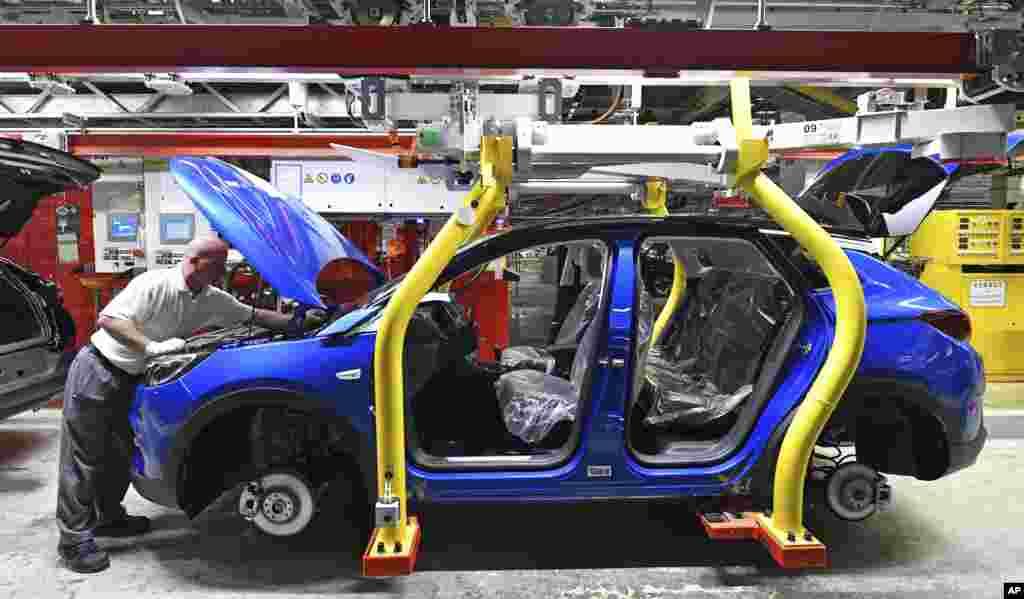 خط مونتاژ شاسی بلندهای «گرندلند ایکس» شرکت ماشین سازی اُپل در آیزناخ، آلمان