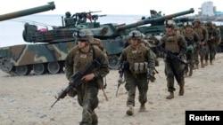 지난해 4월 한국 포항에서 미-한 연합훈련에 참가한 미군들이 상륙훈련을 수행 중이다.
