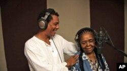 Mário Lúcio e Cesária Évora na gravação de Kreol