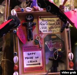Vudu lutka pravljena u Nju Orleansu i kopija napravljena u Kini
