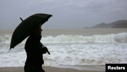 Một khách du lịch đi dạo trên bãi biển Nha Trang. Hình minh họa.