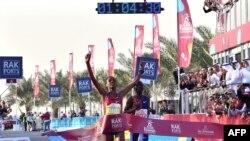 Ababel Yeshaneh franchit la ligned'arrivée lors du mondial du semi-marathon, Emirats arabes unis,le 21 février 2020. (Photo by GIUSEPPE CACACE / AFP)