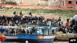 Dân từ Tunisia vượt biển sang đảo Lampedusa của Ý