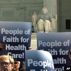支持者打出標語:信仰人士支持政府醫保