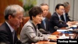박근혜 한국 대통령이 2일 청와대에서 열린 수석비서관회의에서 발언하고 있다.