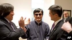 5月2号,中国盲人维权人士陈光诚(中)在离开美国驻中国大使馆之前和骆家辉(右)、美国国务院法律顾问高洪柱(左)交谈