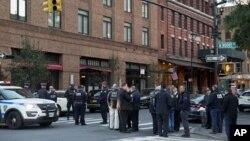 Policías hacen guardia cerca de un edificio asociado con Robert DeNiro en Nueva York el 25 de octubre del 2018.