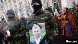 26일 우크라이나 수도 키예프에서 반정부 시위대가 지난 주 경찰과 충돌 과정에서 총에 맞아 숨진 25살 시위대원의 죽음을 애도하고 있다.