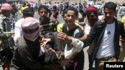 在也門西南部城市塔伊茲,有反胡塞的示威者在與胡塞武裝衝突中受傷