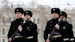 ພວກທະຫານເຮືອຢູເຄຣນ ຢູ່ທ່າເຮືອ Sevastopol ທີ່ຕັ້ງຢູ່ແຄມທະເລດຳ ໃນເຂດ Crimea ຂອງຢູເຄຣນ.