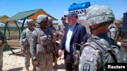 Senator John McCain terlihat bersama Pasukan Amerika di lokasi rudal patriot di selatan Turki (27/5). Senator John McCain menyeberang perbatasan dari Turki ke Suriah didampingi panglima Pasukan Pembebasan Suriah, Jenderal Salam Idris.