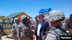2013年5月27日美国参议员麦凯恩到土耳其南部探望驻当地的美军。