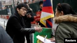 一位自稱是來自中國的谷歌僱員的男士在紐約曼哈頓谷歌辦事處外與要求谷歌廢除迎合中國審查的中文搜索軟件的西藏婦女協會地區分會成員爭論。(2019年1月18日)