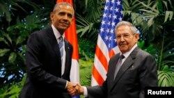 Tổng thống Hoa Kỳ Barack Obama và Chủ tịch Cuba Raul Castro bắt tay trong cuộc họp đầu tiên vào ngày thứ hai trong chuyến thăm Cuba của ông Obama, tại Havana, ngày 21 tháng 3 năm 2016.