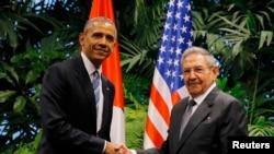 جمهور رئیس اوباما په انقلابي ماڼۍ کې د کیوبا د جمهور رئیس راول کاسترو سره وکتل