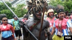 Para aktivis Papua mengenakan pakaian yang dicat dengan warna bendera Bintang Kejora (1 Desember 2011).