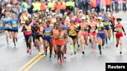 Các vận động viên bắt đầu cuộc đua Marathon ở Boston, 20/4/15