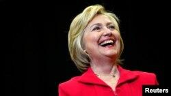 Kandidat Capres AS dari Partai Demokrat, Hillary Clinton saat memberikan pidato di Transylvania University di Lexington, Kentucky (16/5).