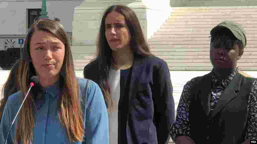Kelsey Juliana (ឆ្វេងមុខ), Xiuhtezcatl Martinez (កណ្ដាលខាងក្រោយ), Vic Barret (ស្ដាំខាងក្រោយ) ដើមបណ្ដឹងរឿងក្ដី Juliana v. United States នៅក្នុងសន្និសីទសារព័ត៌មាននៅមុខតុលាការកំពូលសហរដ្ឋអាមេរិកកាលពីថ្ងៃទី ១៨ ខែកញ្ញា ឆ្នាំ២០១៩។ (ហ៊ុល រស្មី/VOA)