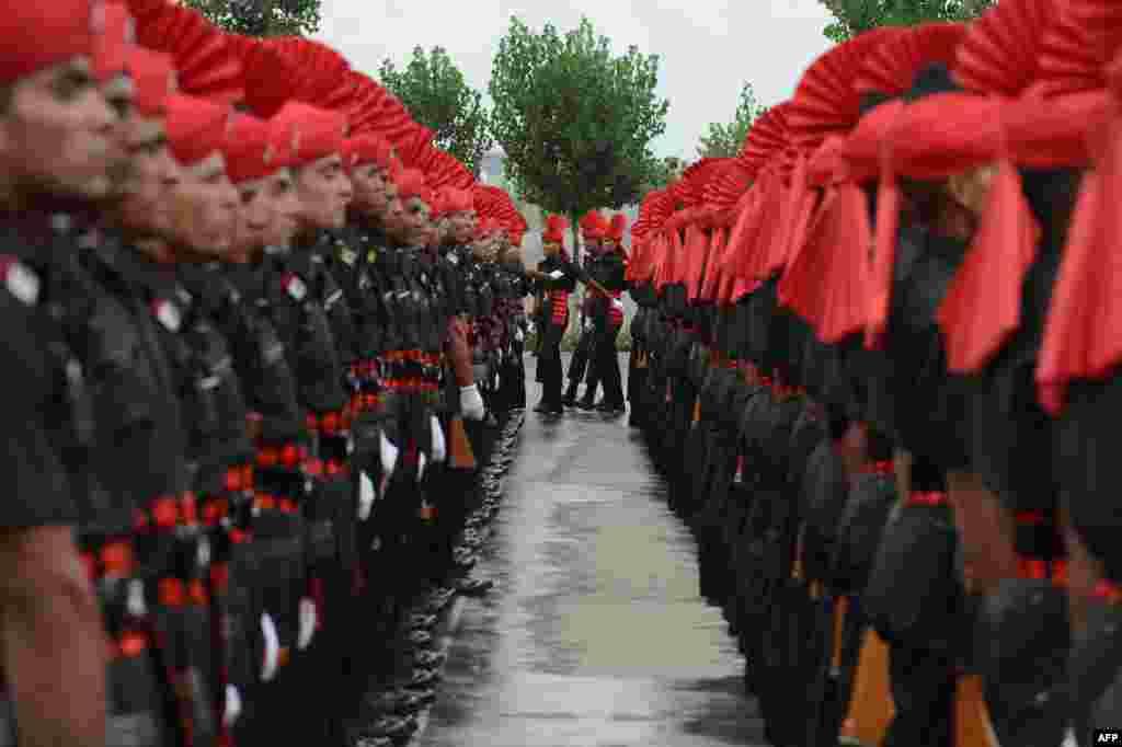 Tân binh thuộc trung đoàn bộ binh Jammu và Kashmir của quân đội Ấn Độ tham gia cuộc diễu hành trong lễ tốt nghiệp trường quân sự ở Srinagar. 494 tân binh, trong đó có nhiều người là dân địa phương, đã hoàn thành chương trình đào tạo 49 tuần trước khi được nhận làm thành viên cơ hữu của trung đoàn.