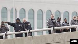 Các nhân viên công lực tìm kiếm bằng chứng dọc theo đường cao tốc I-395 tiếp giáp với Lầu Năm Góc, 19/10/2010