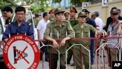 В'єтнамські сили безпеки охороняють китайське посольство в Ханої