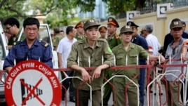 Nhân viên an ninh Việt Nam canh gác bên ngoài khu vực của Đại sứ quán Trung Quốc tại Hà Nội, ngày 18/5/2014.