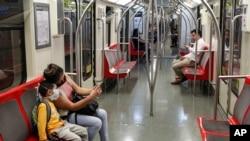 Métro de Santiago, le 20 mars 2020, avant l'obligation du port du masque dans les transports publics décrétée le 6 avril. (Photo AP/Esteban Felix)