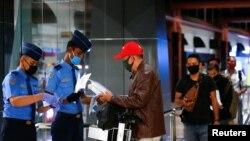 Para calon penumpang antre untuk pemeriksaan dokumen sebelum menaiki pesawat di Bandara Soekarno-Hatta di tengah pandemi virus corona (Covid-19) di Jakarta, 21 Mei 2020. (Foto: Reuters)